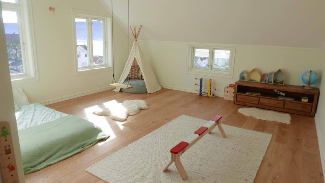 Montessori bedroom with teepee, balance beam and swing